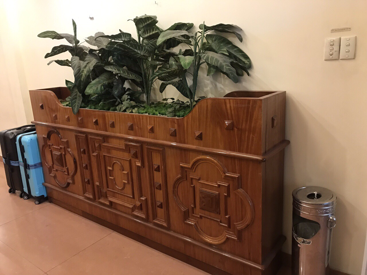 Quầy gỗ trang trí khách sạn đẹp thanh lý giá tốt