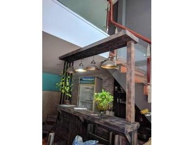 Quầy pha chế cafe gỗ thông có đèn trang trí